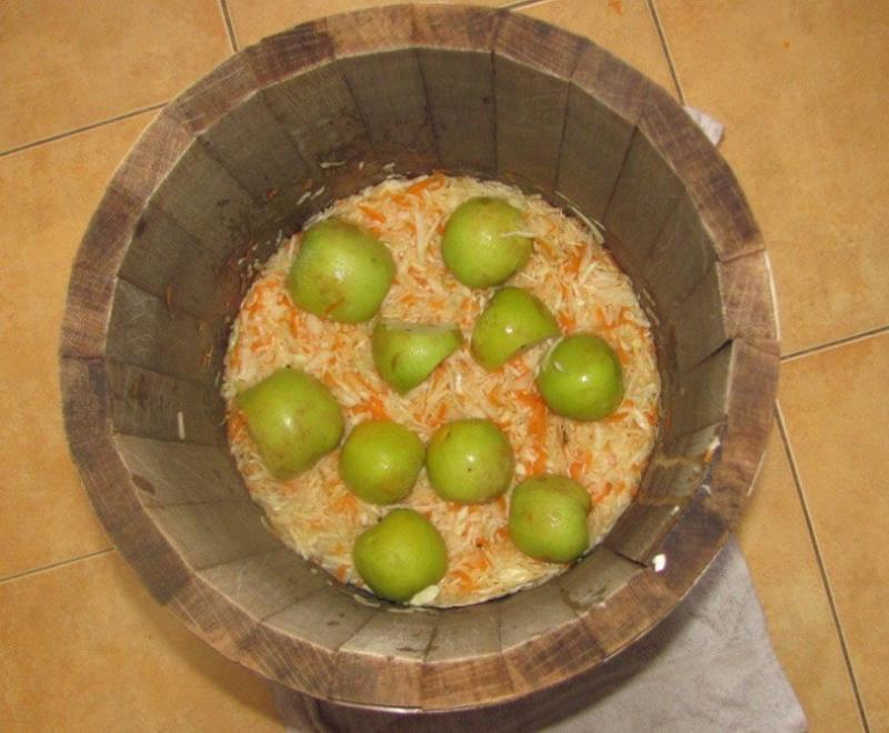 Капуста соленая с яблоками в банке
